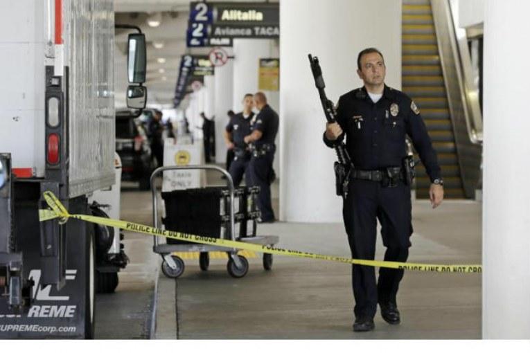 زورو يظهر في مطار لوس أنجلوس ويثير استنفار الشرطة الامريكية