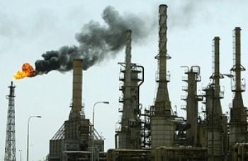 """خبير اقتصادي يحذر من عواقب """"وخيمة"""" لقانون استثمار تصفية النفط"""
