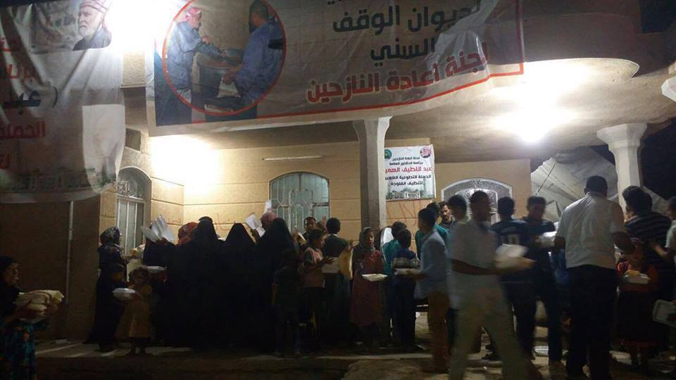 برعاية الدكتور الهميم … لجنة اعادة نازحي الفلوجة توزع وجبات الطعام على العوائل العائدة للمدينة