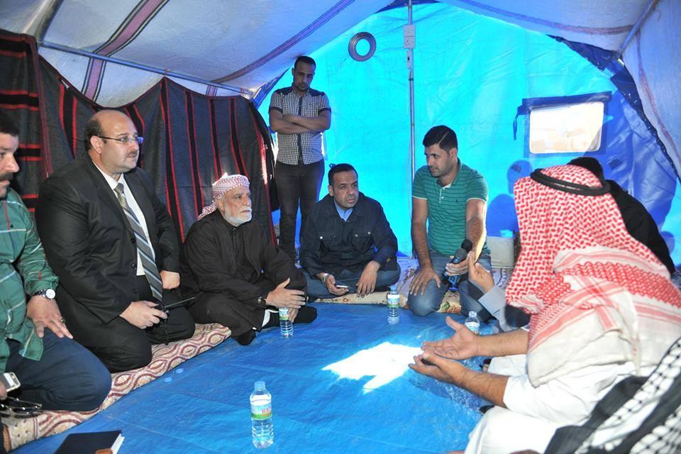 الدكتور الهميم أول مسؤول يتفقد مخيم الجدعة للنازحين ، ويوزع المساعدات ، ويوجه بتوفير كافة احتياجات المخيم
