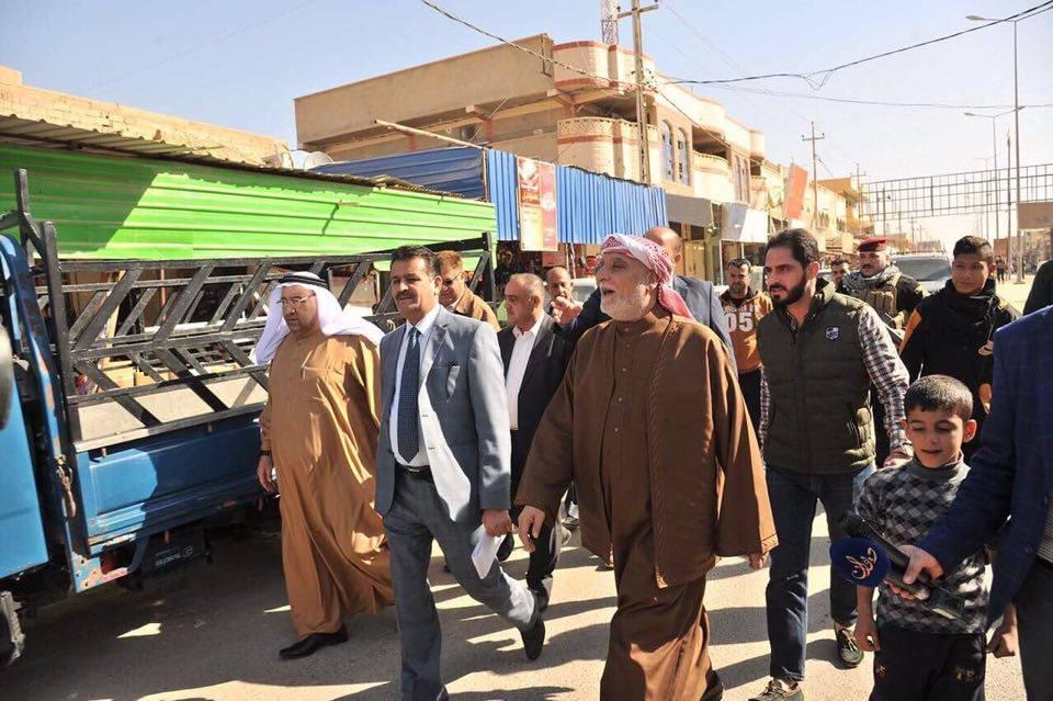 الدكتور الهميم يصل قضاء هيت ويوزع المساعدات الغذائية على العوائل للتخفيف من معاناتهم