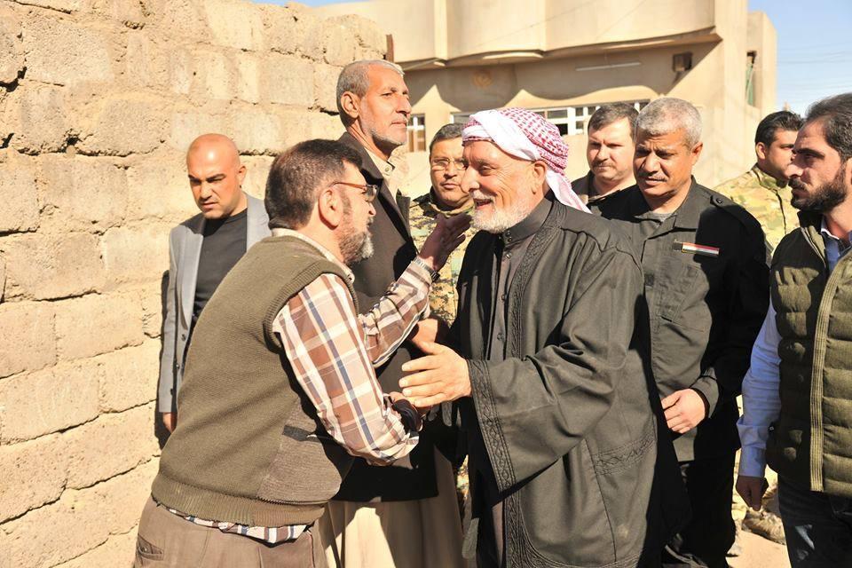 بعد تحريرها من دنس داعش الإرهابي … الدكتور الهميم اول مسؤول يدخل حي كوكجلي وحي السماح في مدينة الموصل ويوزع المساعدات الإغاثية على العوائل