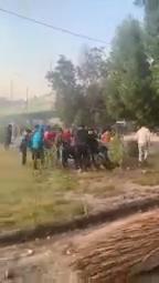 المتظاهرون ينقلبون الى وحوش كاسرة وينقضون على جندي عراقي في كربلاء …..؟!