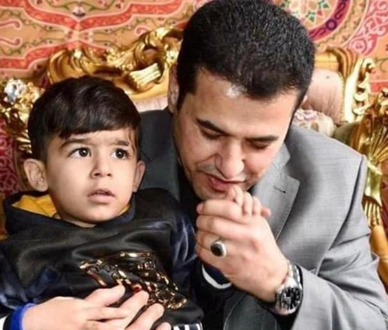 حين يكون المسؤول عراقياً حقيقياً، قاسم الأعرجي في صورة مؤثرة يقبل يد أحد أبناء الشهداء حين كان وزيراً للداخلية !